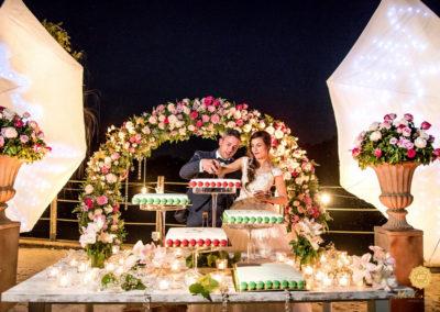 10. taglio-torta-matrimonio-farfalle-luminose-macaron